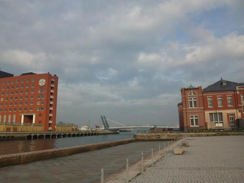 対岸のホテルとハネ橋
